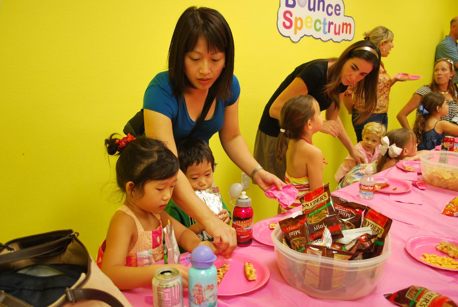 Μπελάς τα παιδικά πάρτι για τη σιλουέτα των γονιών