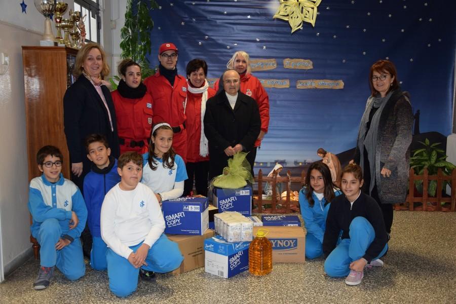Μαθητές δίνουν τρόφιμα και αγάπη σε παιδιά με ανάγκες