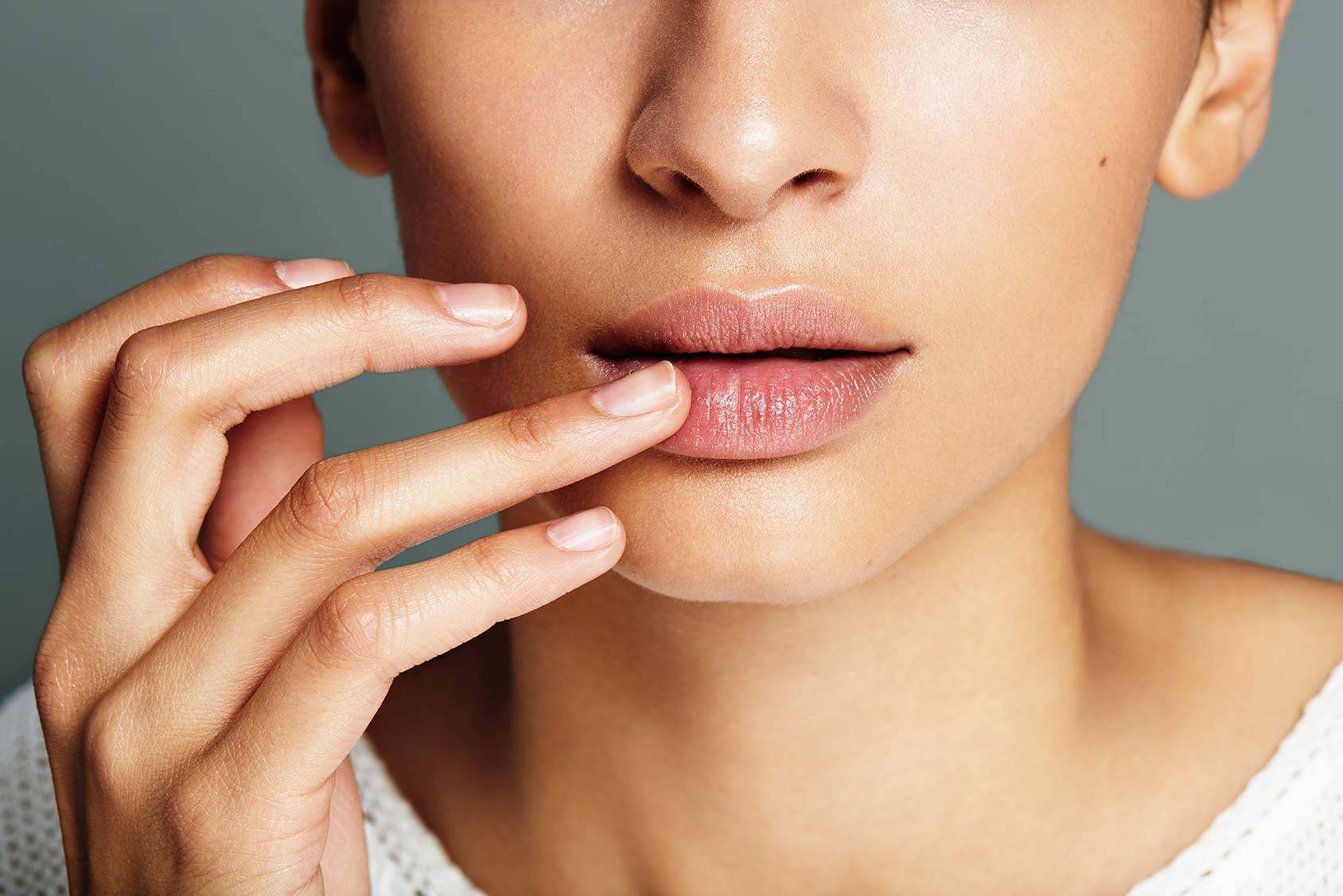 Σκασμένα χείλη και lip balm απολέπισης για προστασία από το κρύο