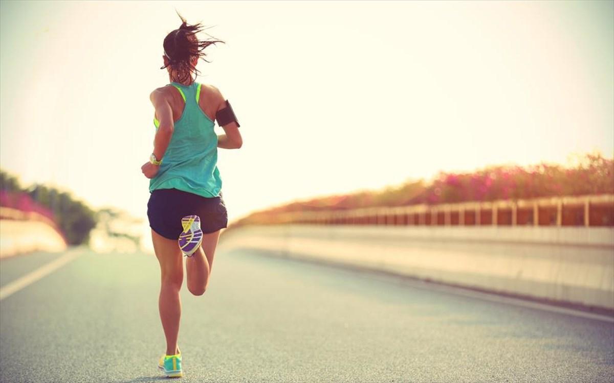 Τρέξιμο: Η απίστευτη κίνηση που πρέπει να κάνεις όταν πονούν τα γόνατά σου