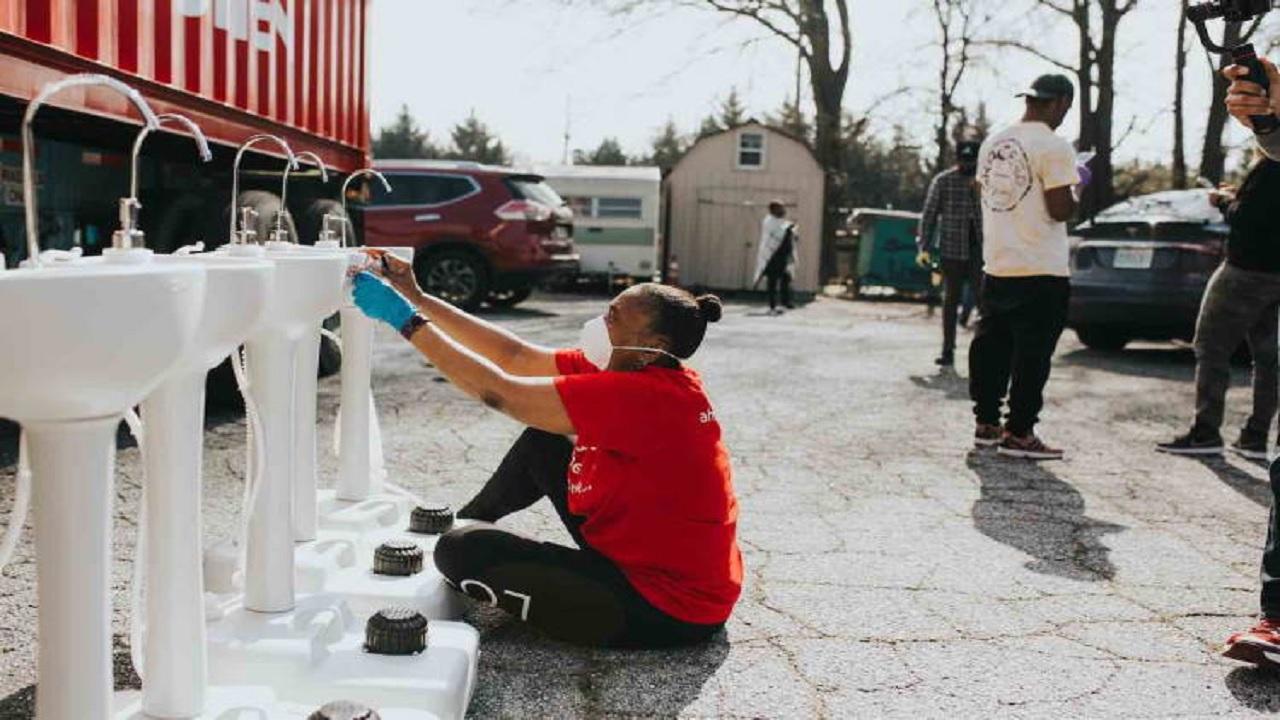 Φορητοί νιπτήρες για άστεγους στις ΗΠΑ στη μάχη με τον κοροναϊό