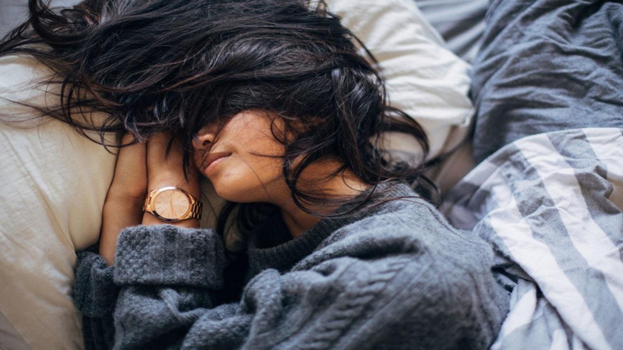Αποφύγετε τον ύπνο με βρεγμένα μαλλιά – Γιατί;