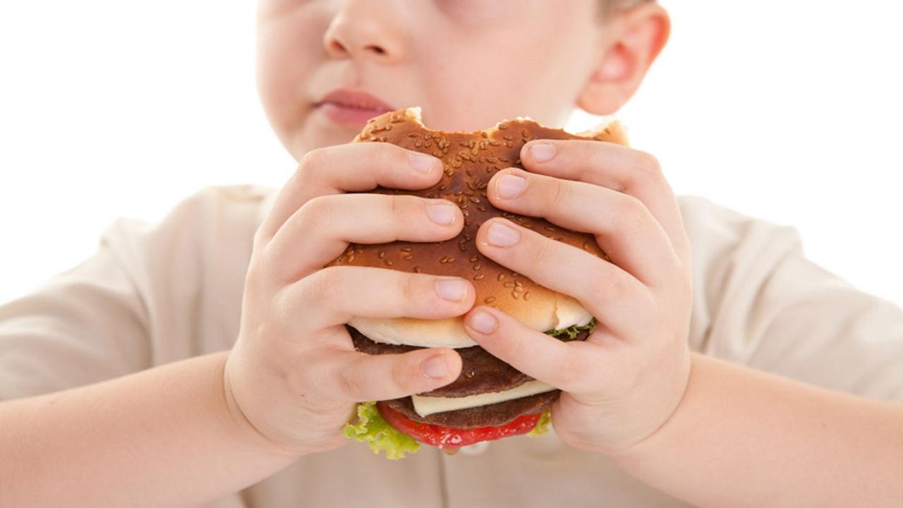 Παιδική παχυσαρκία λύσεις: ποιοι παράγοντες ενισχύουν τον κίνδυνο