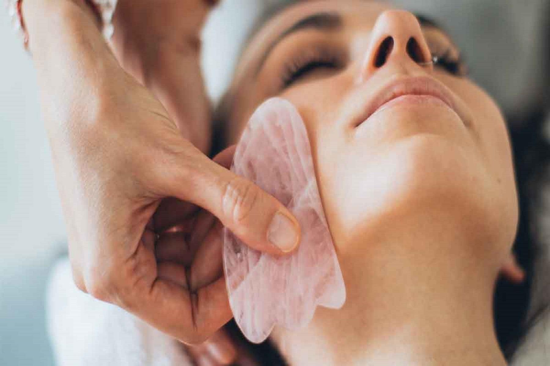Rose Quartz Roller περιποίηση πρόσωπο: Το αγαπημένο εργαλείο των επαγγελματιών ομορφιάς αλλά και των σταρς