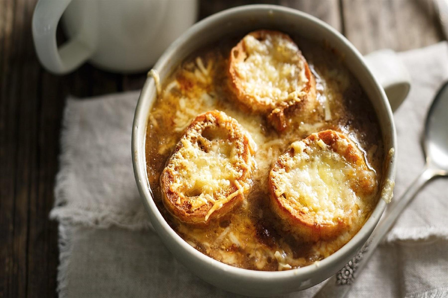 Γαλλική Κρεμμυδόσουπα: Συνταγή για μια ιδιαίτερη χειμωνιάτικη σούπα
