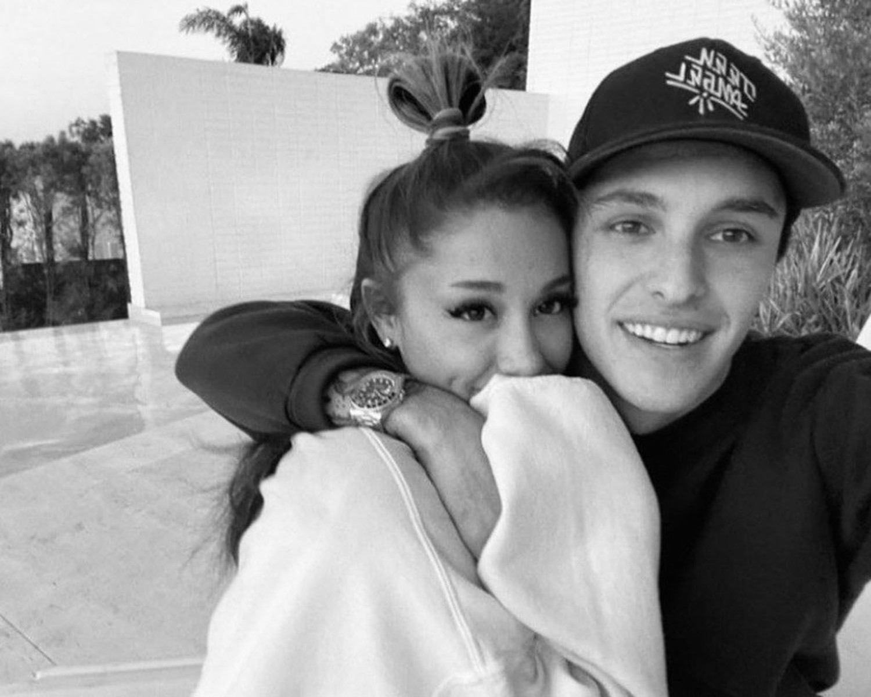 Ariana Grande: Αρραβωνιάστηκε και μας δείχνει το μονόπετρο! [pic, vid]