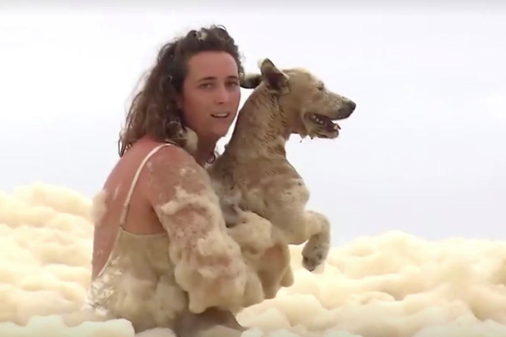 Δραματική διάσωση σκύλου από παλίρροια [vid]