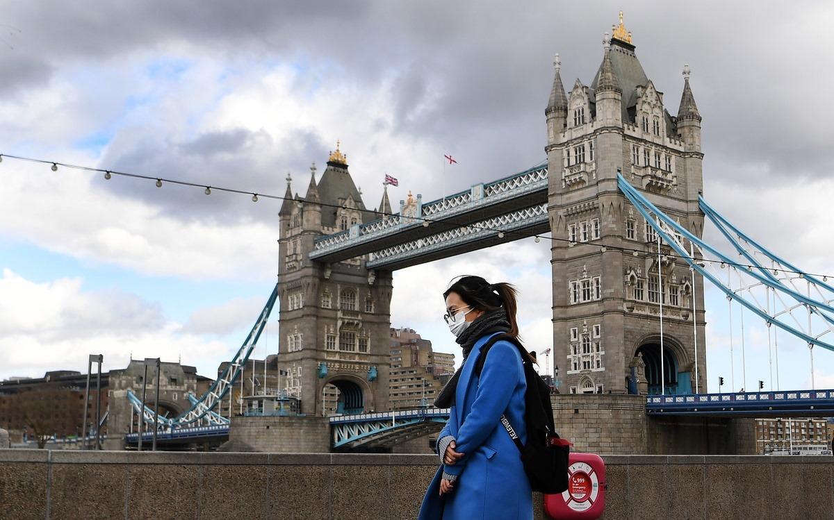 Βρετανία: Μια ανάσα πριν την κατάργηση της κοινωνικής αποστασιοποίησης