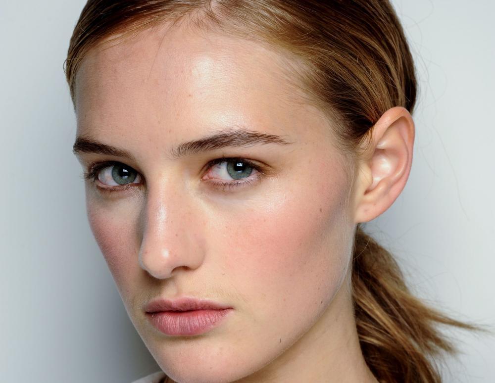 Λαμπερό δέρμα: Μυστικά για να κάνεις πιο φωτεινή την επιδερμίδα σου
