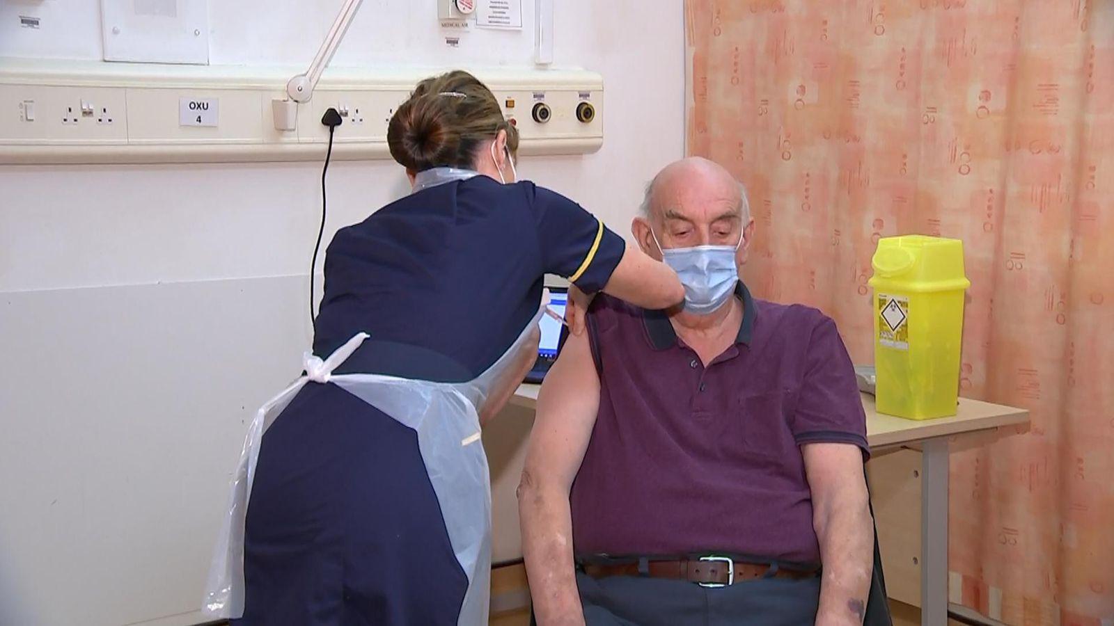 Κορωνοϊός Εμβόλιο Οξφόρδη: Εμβολιάστηκε ο πρώτος 82χρονος με AstraZeneca