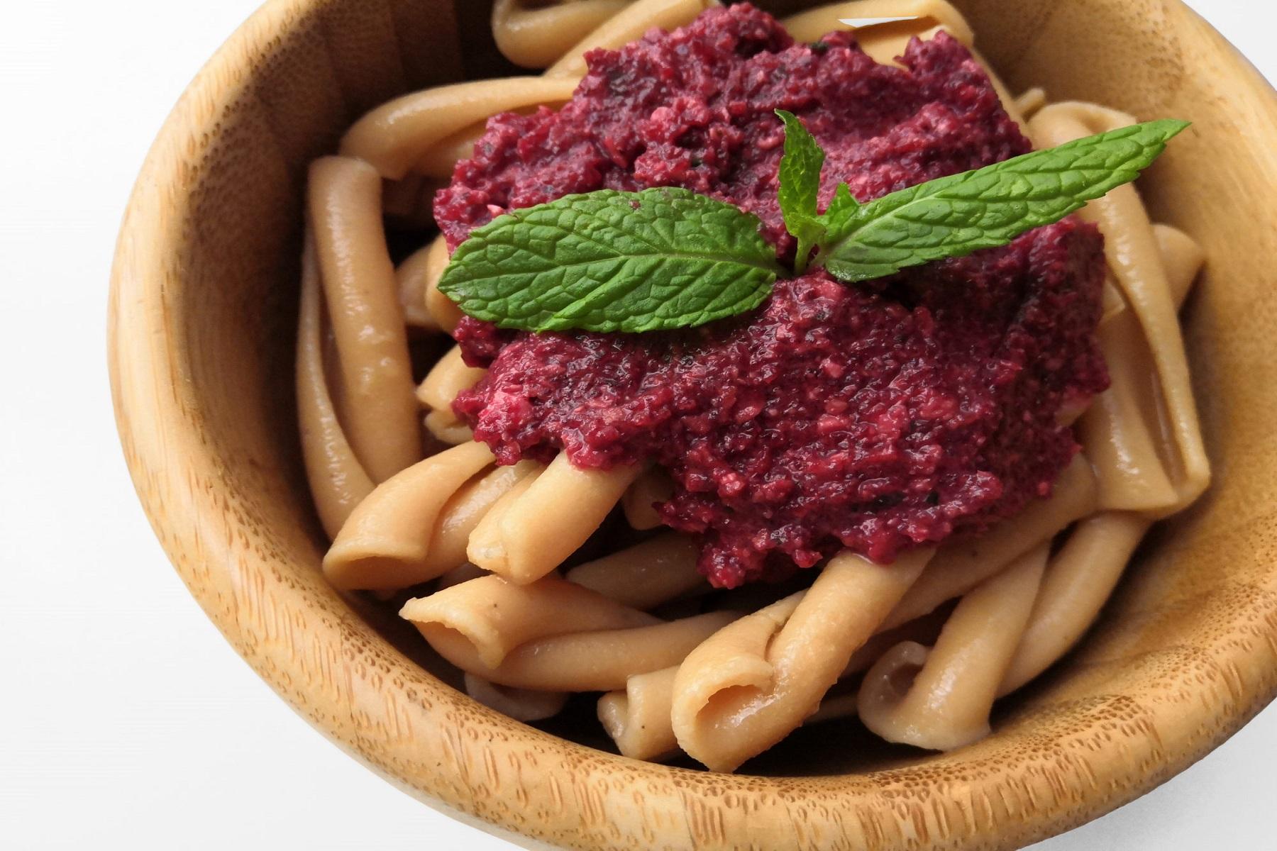 Πολύχρωμη Συνταγή: Σαλάτα με πέννες, πέστο παντζάρι και φέτα