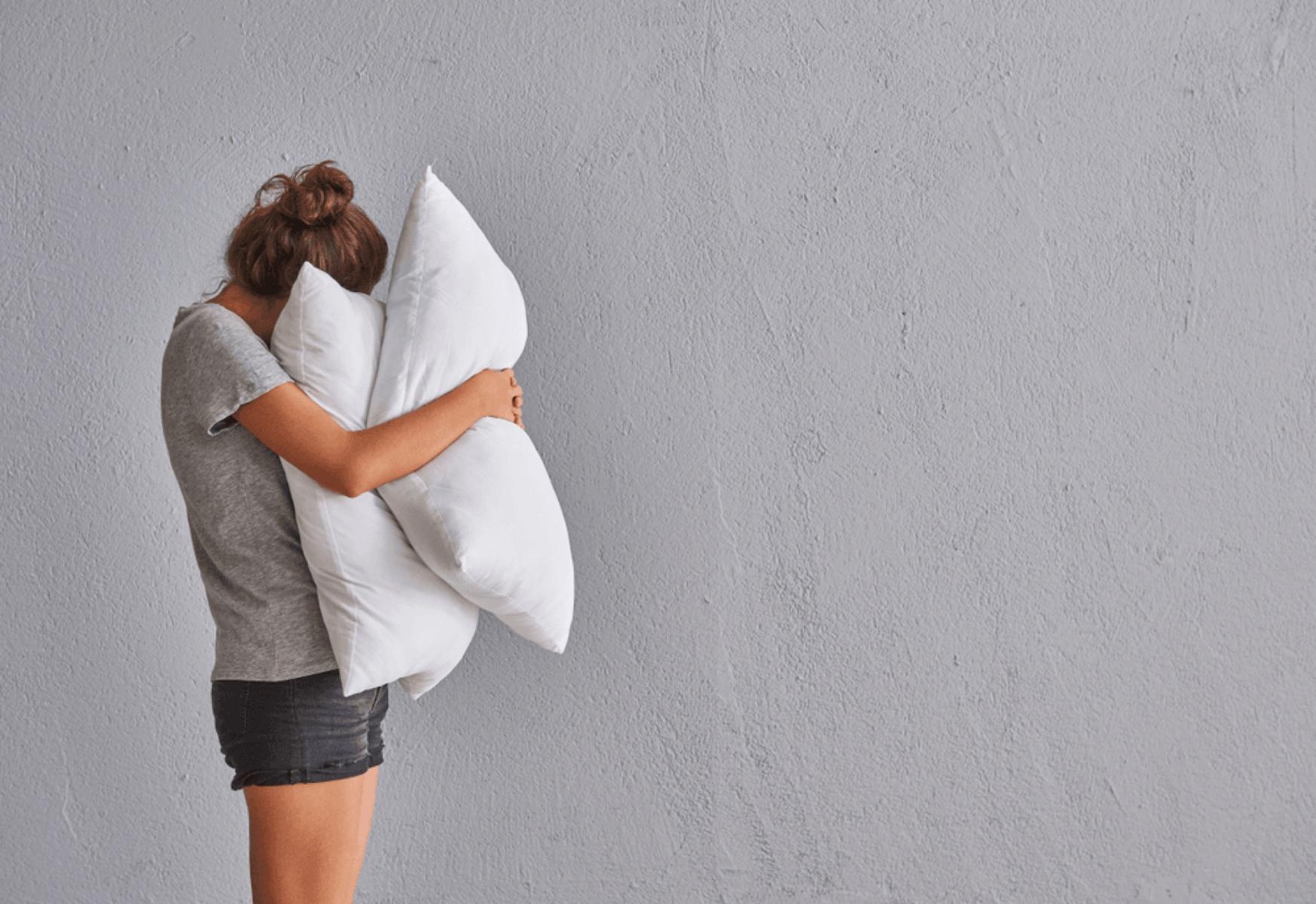 Αυτοφροντίδα ύπνος: Είναι τελικά καλύτερα να κοιμάσαι χωρίς μαξιλάρι