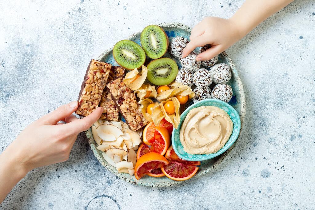 Διατροφή έφηβοι: Πανεύκολες ιδέες για υγιεινά και λαχταριστά σνακ