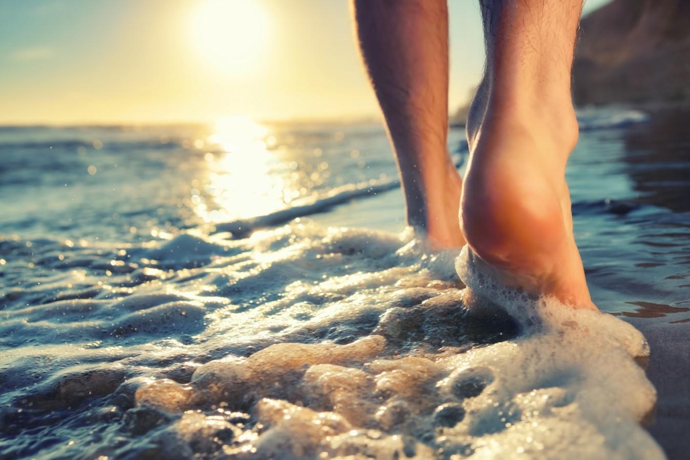 Θάλασσα: Το περπάτημα στην άμμο έχει τα περισσότερα οφέλη για το σώμα