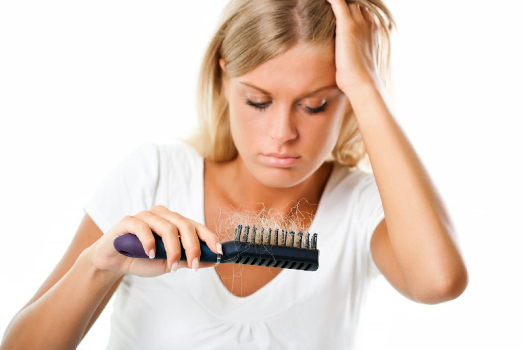 Μαλλιά Τριχόπτωση: Ποιο πρόβλημα υποδηλώνεται – Τρόποι αντιμετώπισης