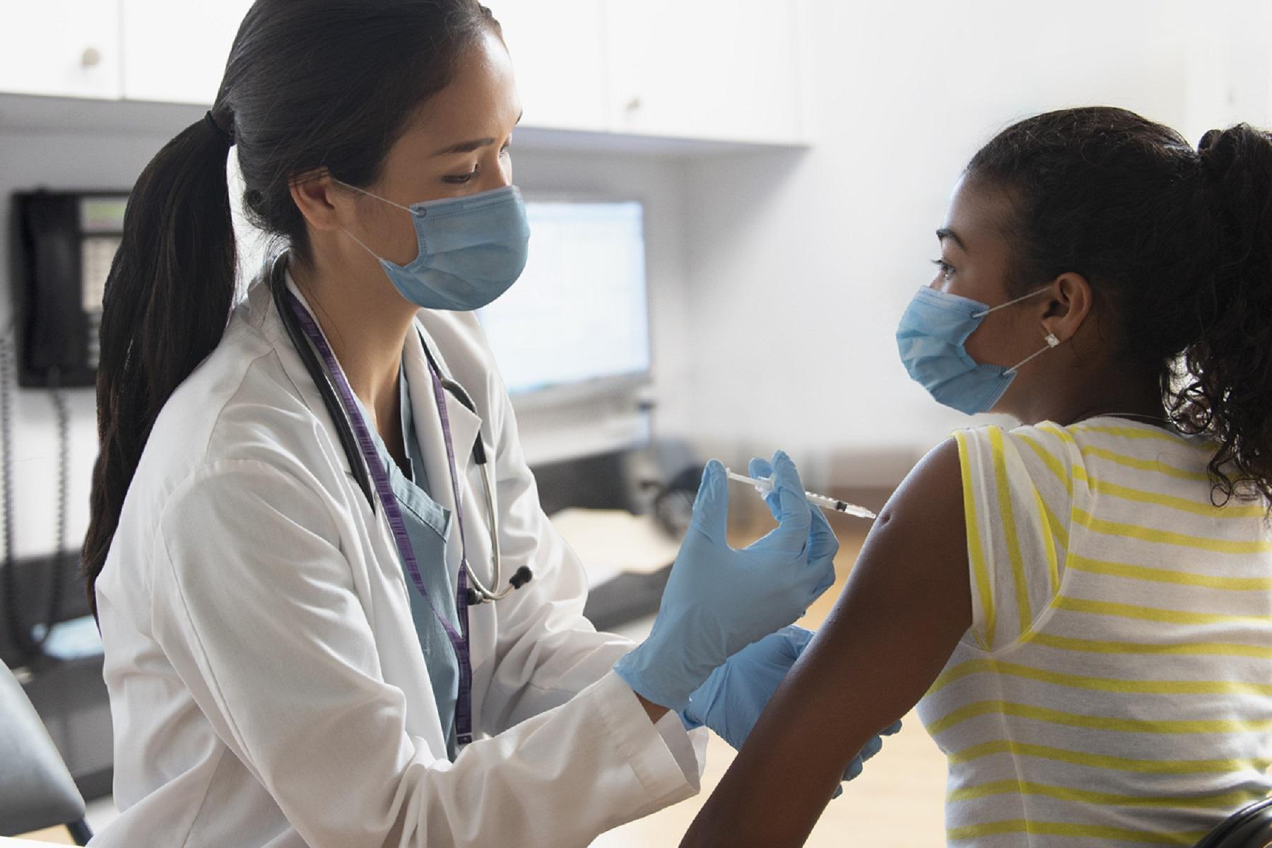 Κέντρο Ελέγχου Νοσημάτων: Γιατί το 50% των εμβολιαζομένων έχει ισχυρότερες παρενέργειες