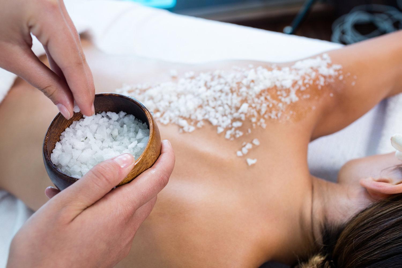 Θαλασσινό αλάτι: Scrub με θαλασσινό αλάτι για αναδόμηση του δέρματος [vid]