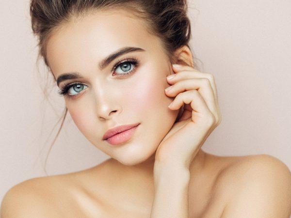 Ρυτίδες: Οι καθημερινές συνήθειες που επιβαρύνουν το δέρμα μας