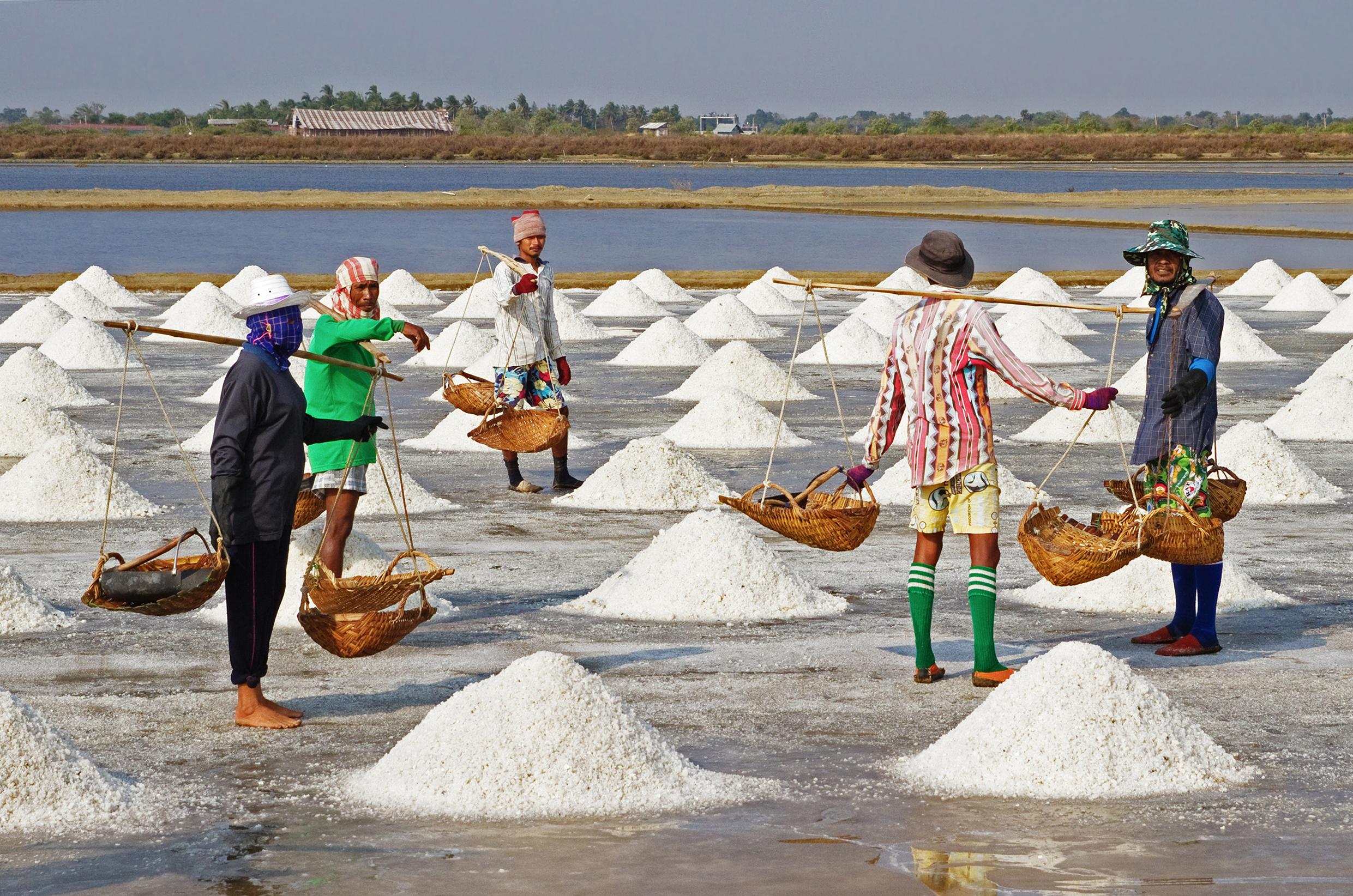 Θαλασσινό αλάτι επεξεργασία: Είναι το θαλασσινό αλάτι πιο θρεπτικό από το κοινό επιτραπέζιο; [vid]
