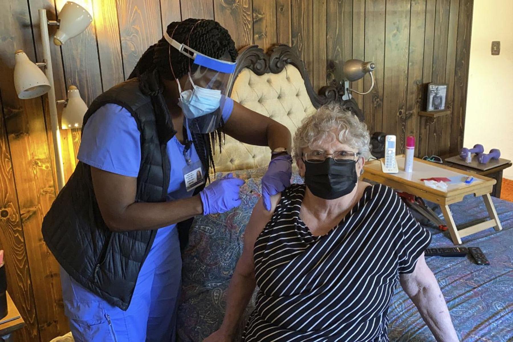 Εμβολιασμός ΗΠΑ: Νοσοκόμες, μη κερδοσκοπικοί οργανισμοί και άλλοι κάνουν εμβόλια covid-19 στο σπίτι