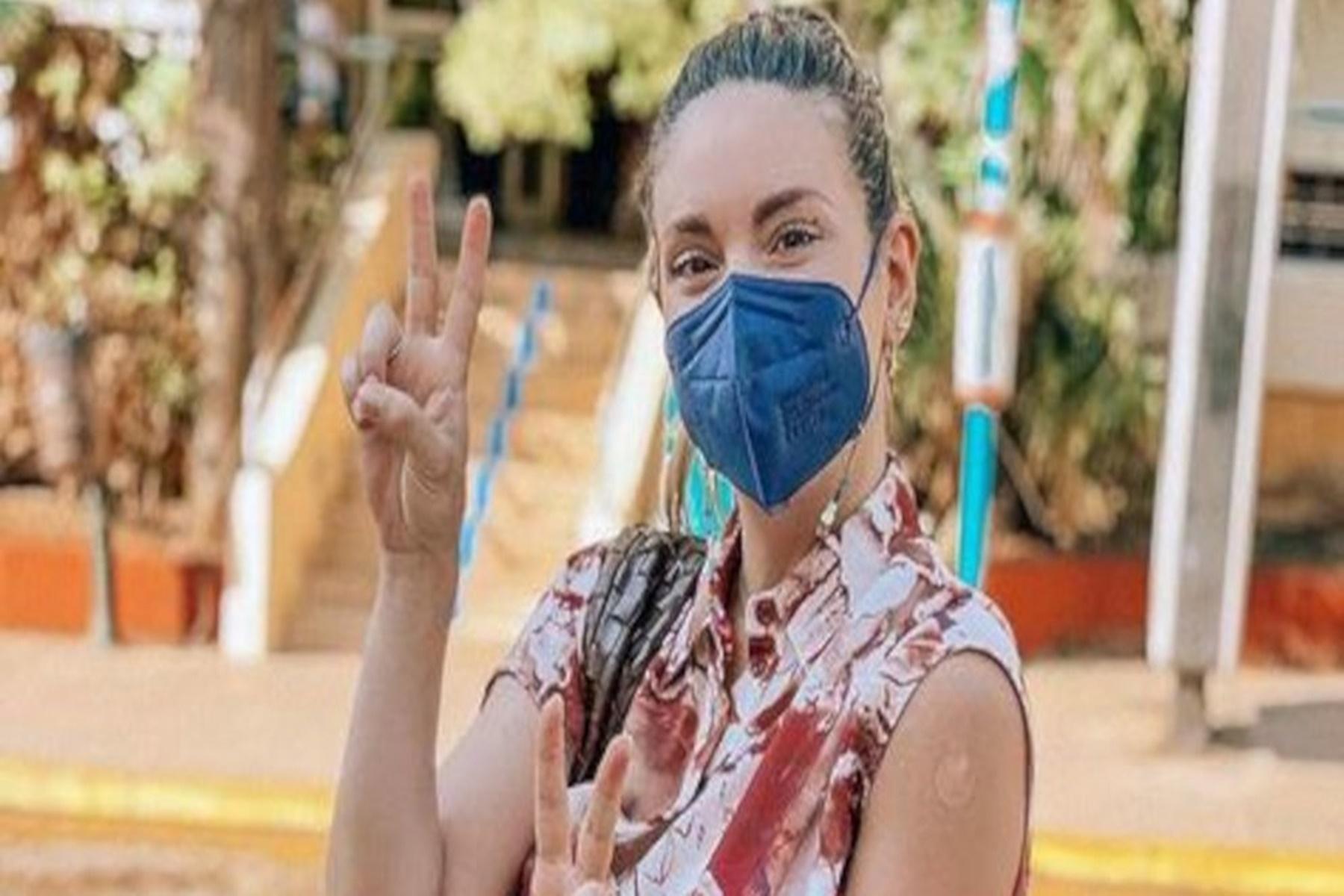 Αθηνά Οικονομάκου : Κάνει το εμβόλιο και το δείχνει σε φωτογραφία