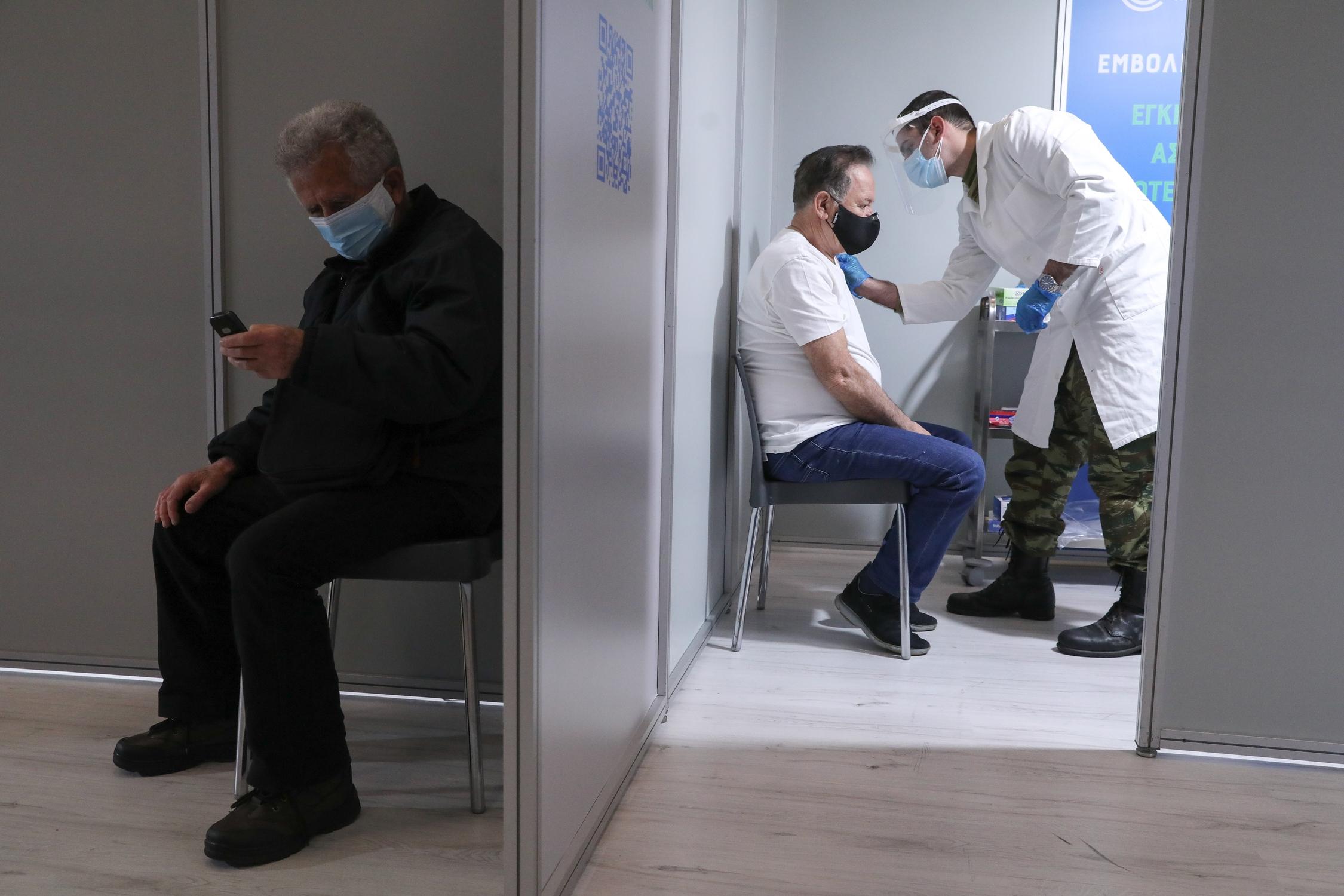 Υποχρεωτικοί εμβολιασμοί: Όλα τα μέτρα για το τείχος ανοσίας στο 4ο κύμα