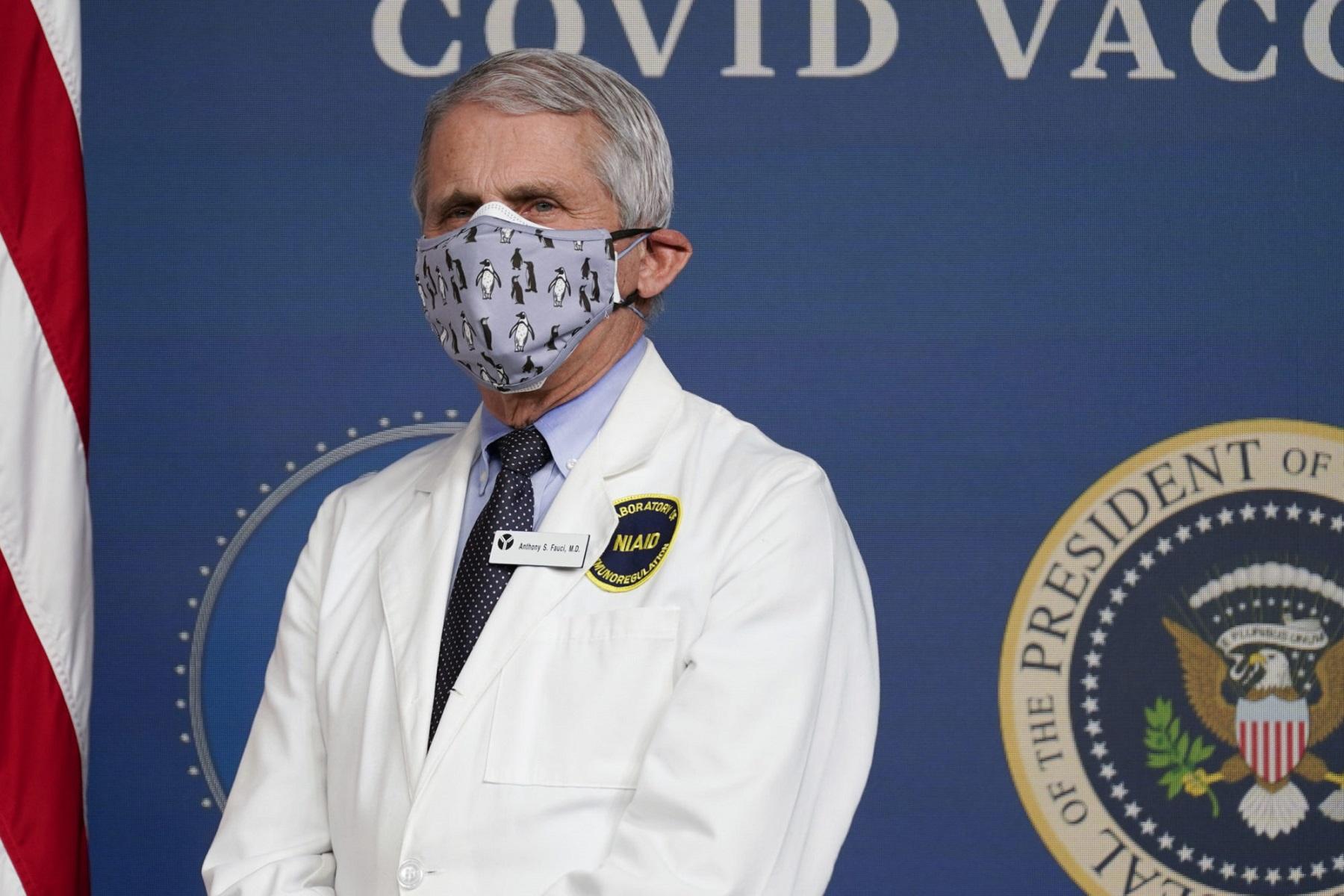 ΗΠΑ Fauci: Ισχυρίζεται ότι είναι κρίσιμη η λήψη του πρόσθετου επιπέδου προστασίας της μάσκας