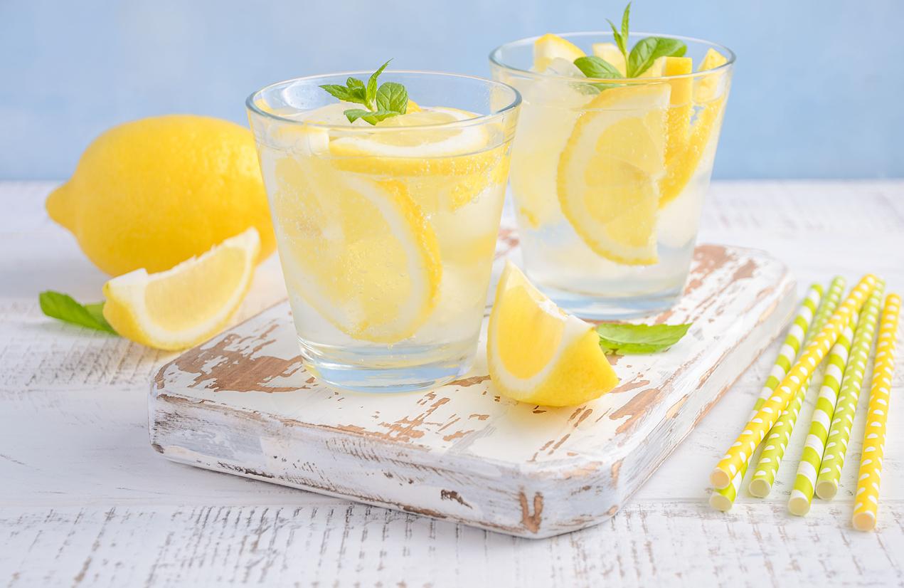Νερό λεμόνι οργανισμός: Οι ευεργετικές ιδιότητες που δίνει το νερό με το λεμόνι στον οργανισμό