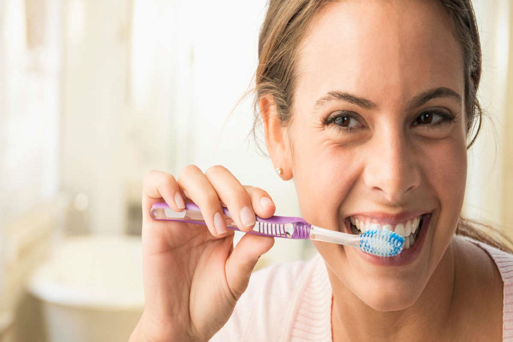 Λονδίνο Οδοντίατρος: Προειδοποιεί γιατί δεν πρέπει ποτέ να χρησιμοποιείτε στοματικό διάλυμα μετά το βούρτσισμα των δοντιών