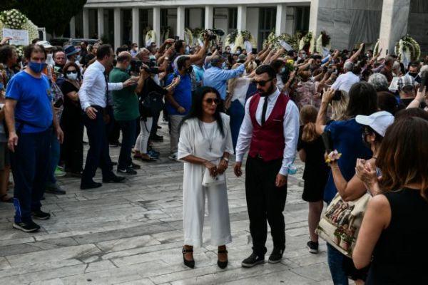 Κηδεία Τόλη Βοσκόπουλου: Ντυμένη στα λευκά του είπε το τελευταίο αντίο η Ζωζώ Σαπουντζάκη [pic]