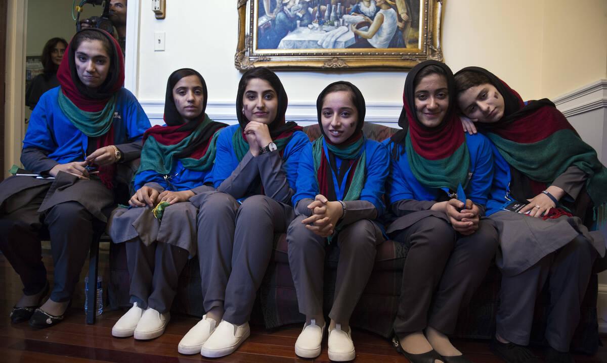 """""""Αφγανές Ονειροπόλες"""": Τα κατάφερε να φύγει από τη χώρα η ρομποτική ομάδα των κοριτσιών από το Αφγανιστάν"""