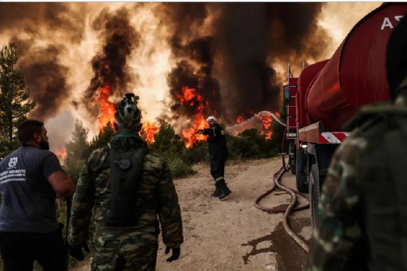 Πυρκαγιές Αττικής: Η φωτιά έφτασε στην Εθνική Οδό – Καίγονται κατοικίες