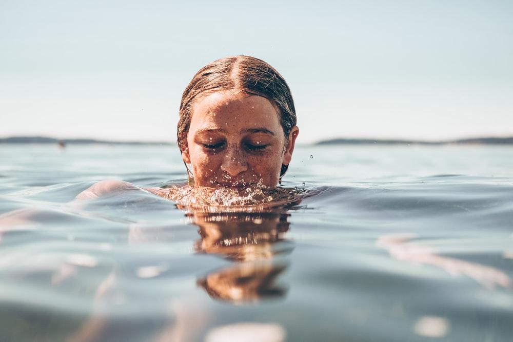 Κολύμβηση: Πώς η κολύμβηση μπορεί να σας βοηθήσει, εάν έχετε κατάθλιψη [vid]