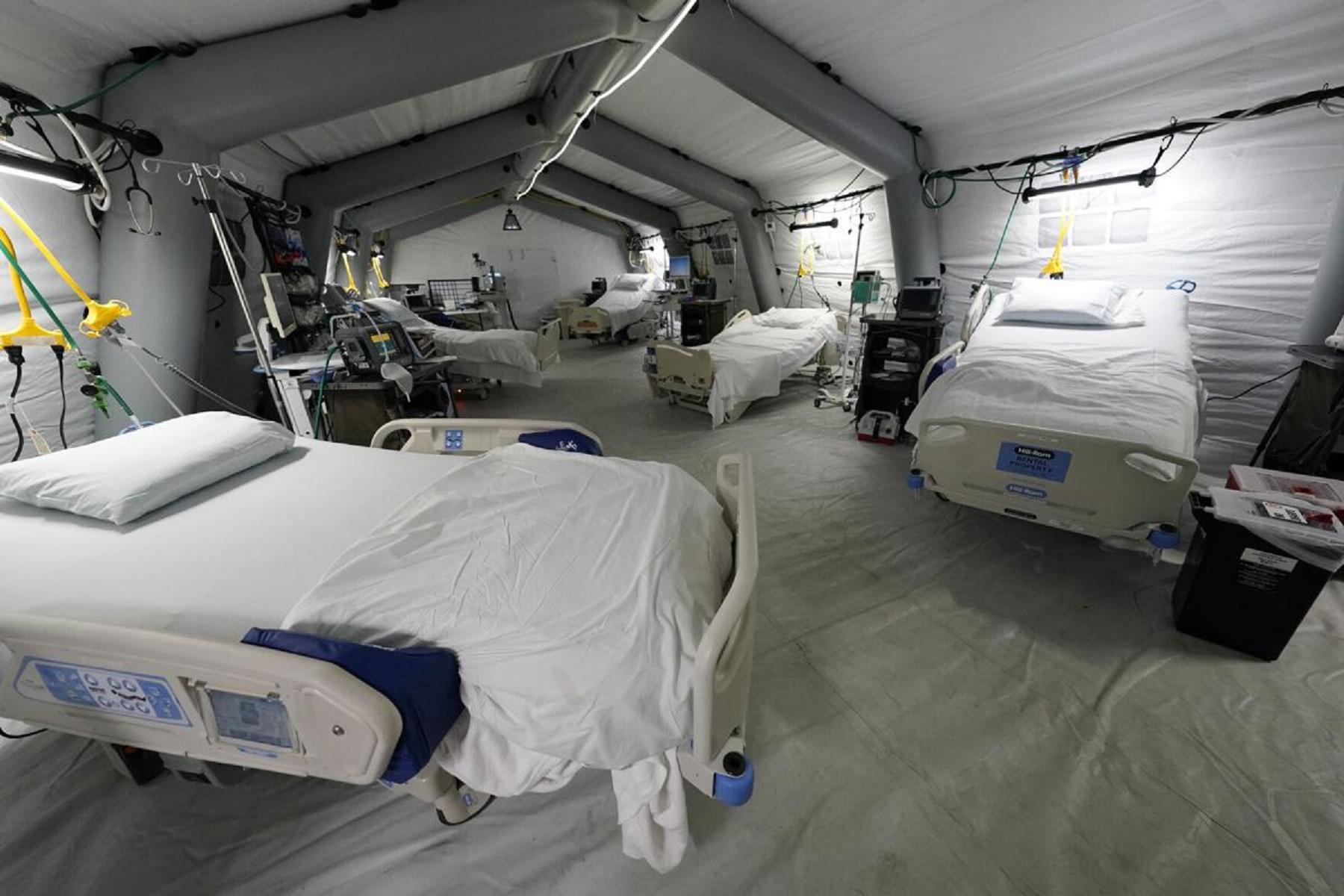 ΗΠΑ Μισισιπή: Κλιματιζόμενες σκηνές με κρεβάτια, οθόνες και οξυγόνο γεμίζουν τον κάτω όροφο του γκαράζ.