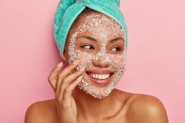 Θαλασσινό αλάτι δέρμα: 5 τρόποι που το αλατόνερο μπορεί να βελτιώσει την υγεία της επιδερμίδας [vid]