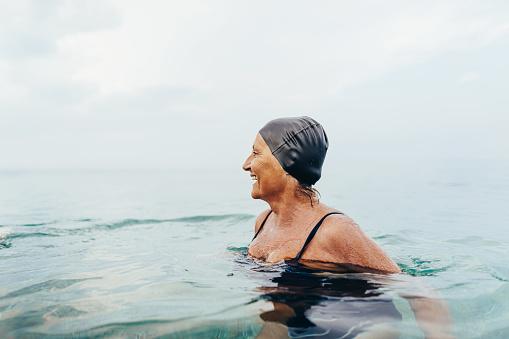 Θαλασσινό νερό ιδιότητες: Ανεβάστε φυσικά τη διάθεσή σας και βελτιώστε την υγεία με μια βουτιά στη θάλασσα [vid]