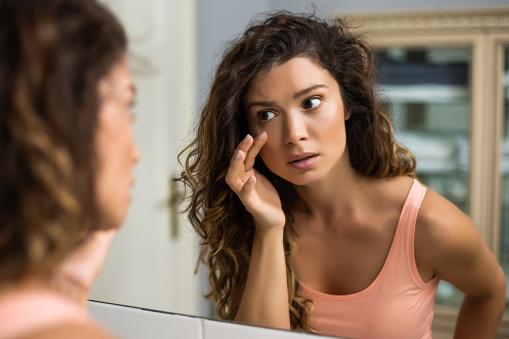 Πρησμένα μάτια: Φυσικές και αποτελεσματικές λύσεις να τα αντιμετωπίσετε [vid]