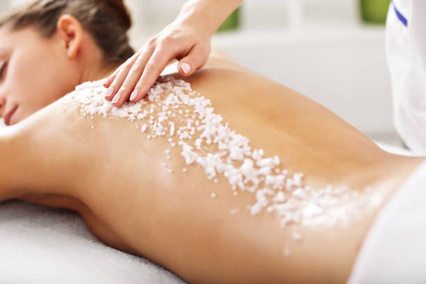 Θαλασσινό αλάτι στο δέρμα: Πώς να φτιάξετε το δικό σας scrub με θεραπευτικό αλάτι από τη θάλασσα [vid]