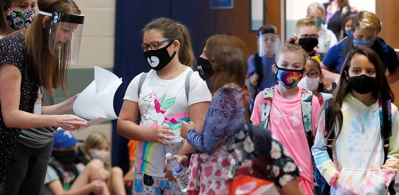 Κορωνοϊός σχολική χρονιά: Ένα στα τέσσερα κρούσματα εντοπίζεται σε παιδί