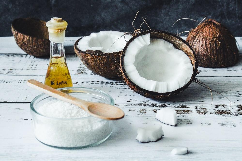 Λάδι καρύδας: Πώς να χρησιμοποιήσετε λάδι καρύδας στα μαλλιά [vid]