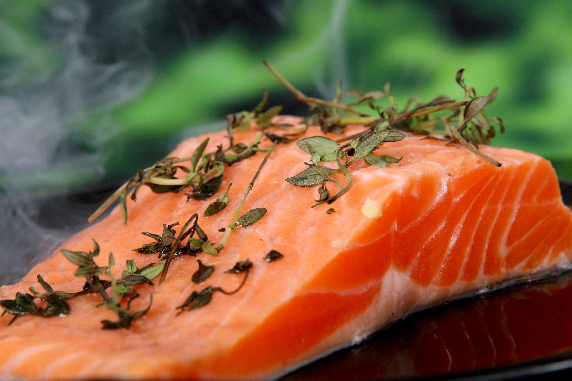 Εναλλακτική ιατρική πονοκέφαλος: Σύμφωνα με μελέτη, τα λιπαρά ψάρια ωφελούν τους πονοκεφάλους