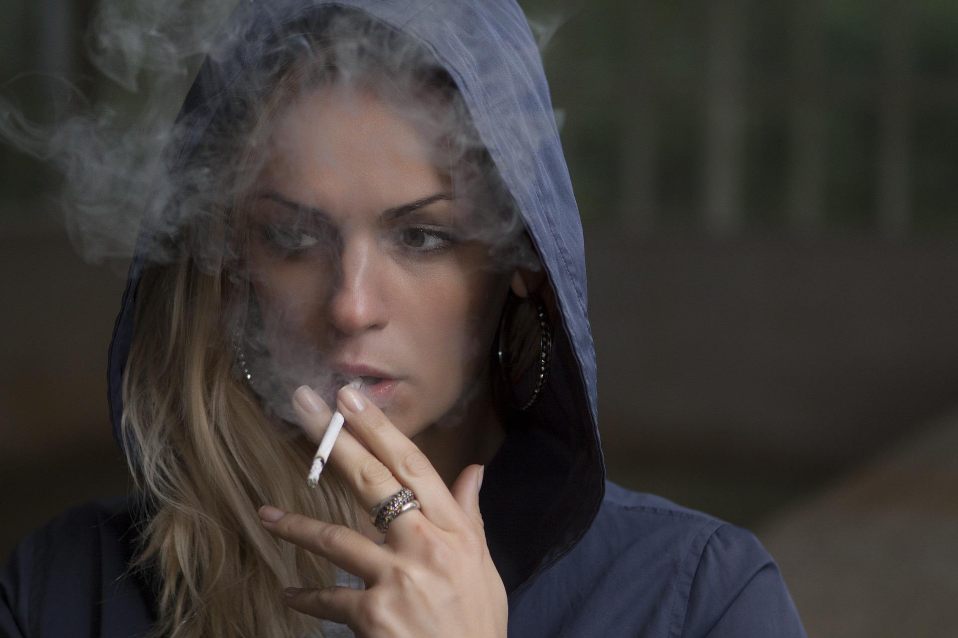 Διακοπή καπνίσματος γυναίκες: Γιατί οι γυναίκες δυσκολεύονται περισσότερο να το κόψουν;