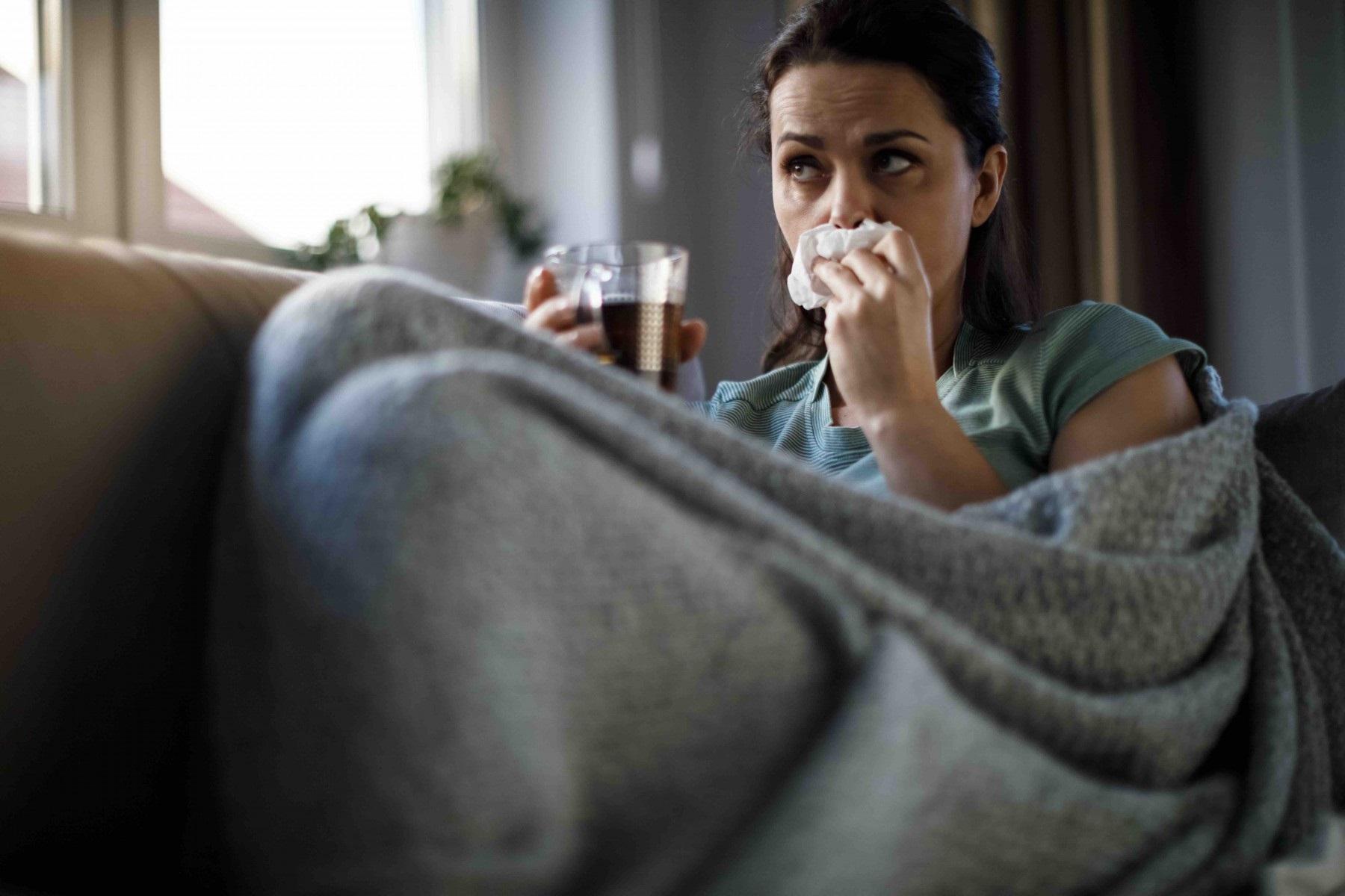 Γρίπη Covid-19: Συμπτώματα που πρέπει να προσέξετε για αυτήν την εποχή