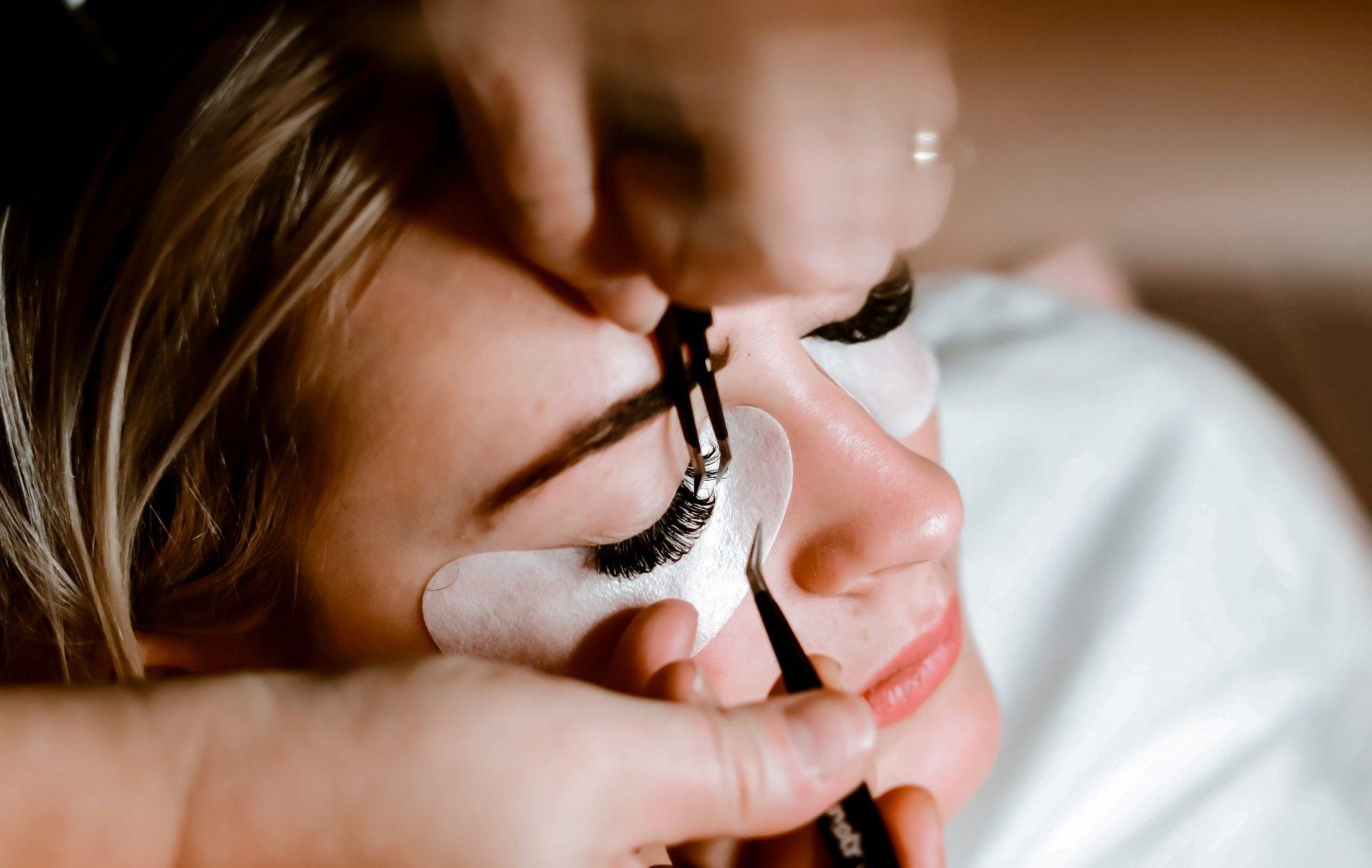 Eyelash extensions: Δοκιμάστε την προσθετική βλεφαρίδων για μόνιμα εντυπωσιακό βλέμμα