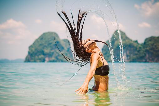 Θαλασσινό νερό: Πλεονεκτήματα και μειονεκτήματα για τα μαλλιά-Πώς να τα προστατεύσετε [vid]