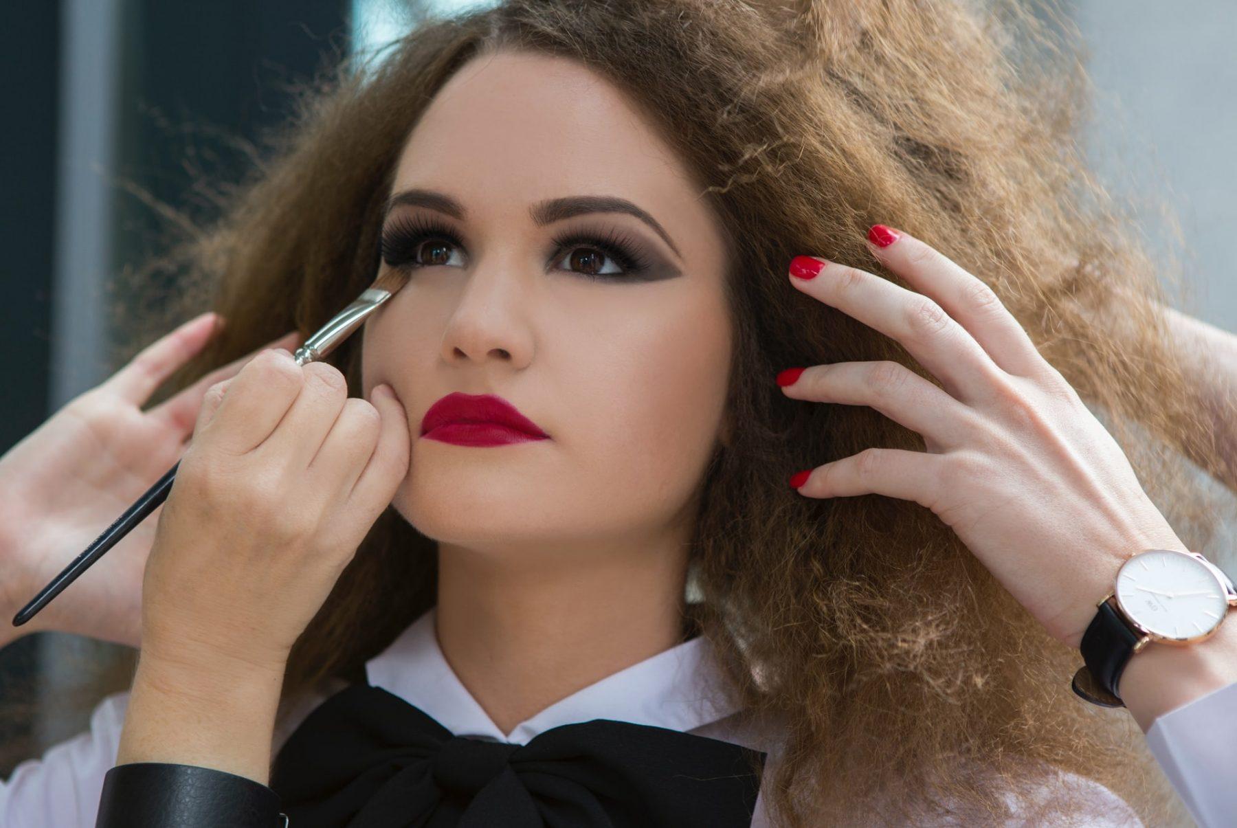 Μακιγιάζ διάρκεια ζωής: Μάθετε πώς να κάνετε τα προϊόντα μακιγιάζ να κρατούν περισσότερο